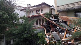 Gebze ve Kerpe'de fırtına ağaçları devirdi!