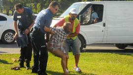 Polisi görünce soyunmaya başladı!