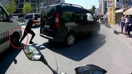 Talihsiz sürücünün ayağını minibüs ezdi