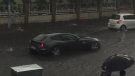Milyon liralık Ferrari suda mahsur kaldı