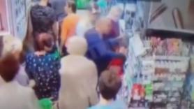 Markette, çocuğun boynunu kırmaya çalıştı