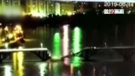Köprü çöktü, araçlar nehre düştü