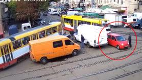 Tramvay yolunun tam ortasına park etti