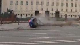 Bakanlığın önündeki beton bariyerlere çarptı!