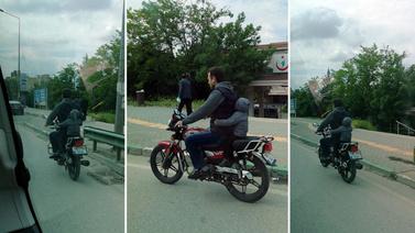 Küçük çocuğun motor üzerindeki tehlikeli yolculuğu