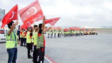 Milli Takıma bayraklı karşılama