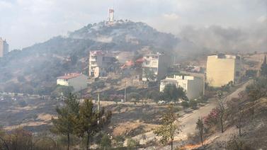 İzmir'de orman yangını! Apartmana sıçradı