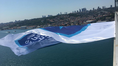 Anadolu Efes'in bayrağı köprüye asıldı