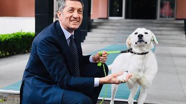 Bakan Selçuk barınaktan köpek sahiplendi