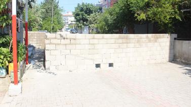 30 yıllık sokağa duvar ördü!