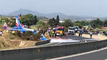 Son dakika Fransa'da uçak yol kenarına düştü