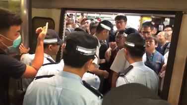 Hong Kong'ta protestocular tren istasyonunu bastı