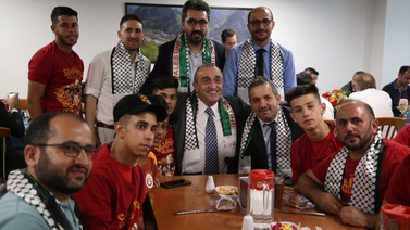 Albayrak Filistinli futbolcular için yemek verdi