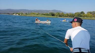 Gölün ortasında deniz bisikletiyle mahsur kaldılar