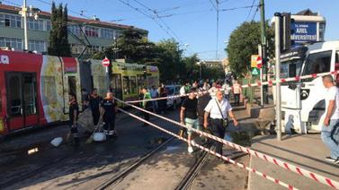 Su tankeri tramvaya çarptı