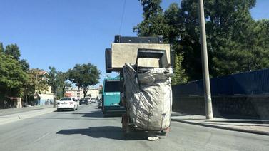 Koltuk takımını böyle taşıdı!