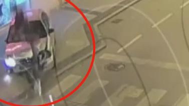 Otomobil trafik lambasına böyle girdi!