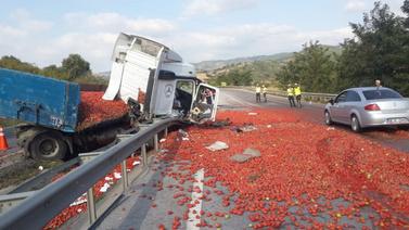 Tonlarca domates yola saçıldı