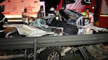 Makas atan araç tıra çarpıp parçalandı
