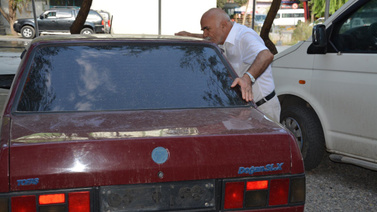 Yıllar sonra kavuştuğu arabasını öptü