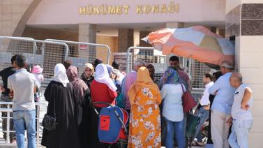 Haberi duyan Suriyeliler valilik binasına koştu