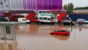 Londra'yı su bastı! Yolcular mahsur kaldı...