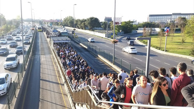 Metrobüs Altunizade durağı azap oldu