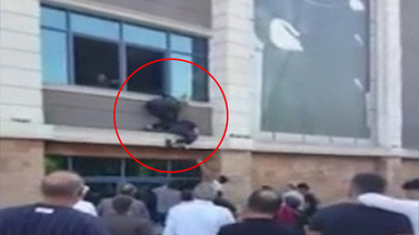 Deprem oluyor zannedip camdan atlamaya kalktı!
