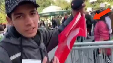 Eline Türk bayrağını aldı, tek başına eylem yaptı