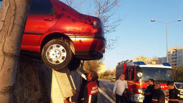 Akılalmaz kaza! Duvara asılı kaldı