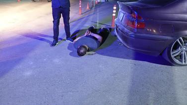 'Dur' ihtarına uymadılar polisi yaraladılar!