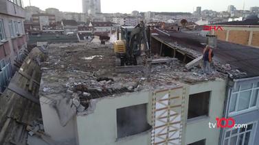 Binayı yıkmak için çatıya iş makinesi çıkarttılar