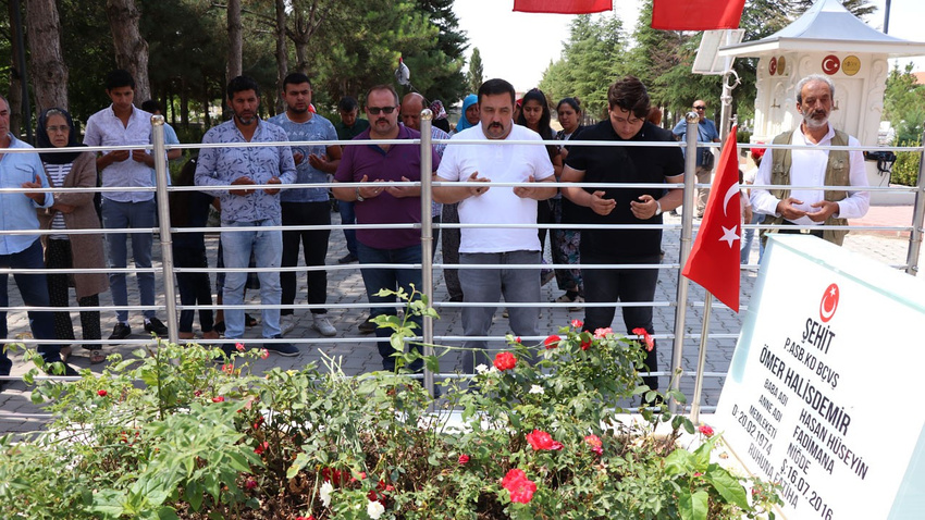 Şehit Ömer Halisdemir'in kabrinde ziyaretçi akını