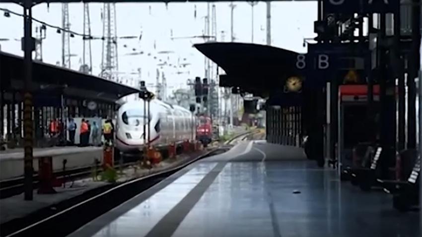 İstasyonda korkunç saldırı! Cani adam, küçük çocukla annesini raylara itti!