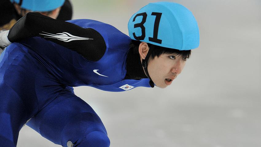 Olimpiyat şampiyonu, arkadaşının şortunu indirdiği için spordan men edildi