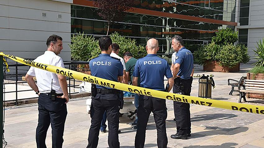 Antalya... Hastane bahçesinde bankta oturur vaziyette ceset bulundu!