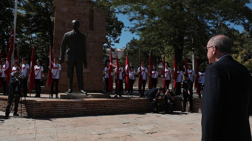 Cumhurbaşkanı Erdoğan, Atatürk Anıtı'na çelenk sundu