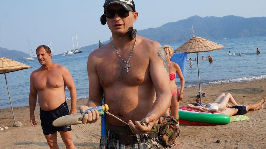 """Plajda elinde dedektörle define aradı, """"Temizlik yapıyorum"""" dedi"""