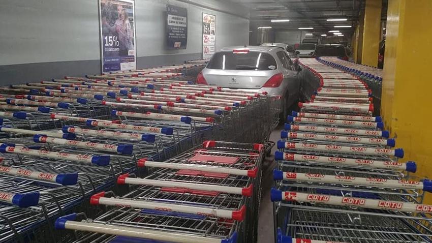 Aracını yanlış yere park eden sürücüye market çalışanlarından sürpriz