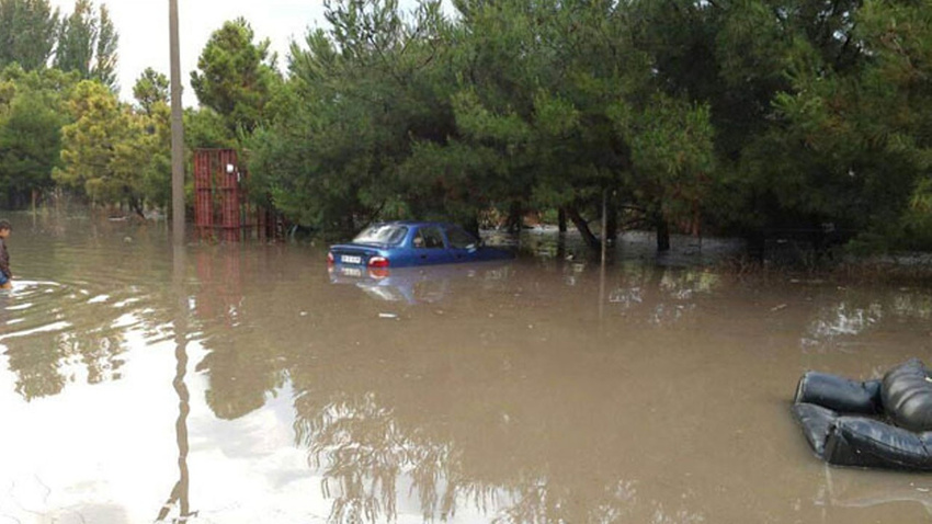 Meteoroloji il il uyardı!..  Ani sel, çatı uçması, ağaç devrilmesi..!