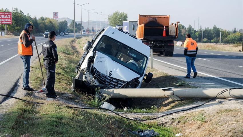 Başkent'te servis minibüsü devrildi!.. Çok sayıda yaralı var!