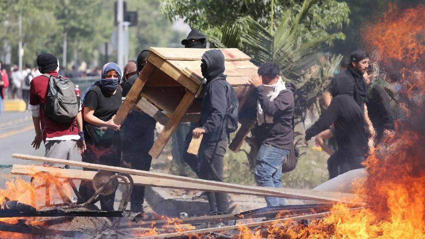 Metro zammından sonra Şili... Yağma, protesto... Ölenler var