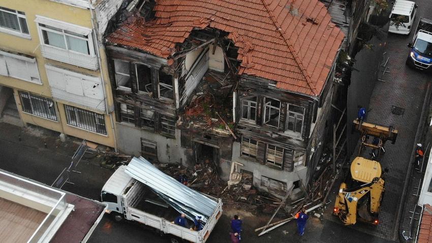 Üsküdar'da yağış nedeniyle ahşap bina çöktü