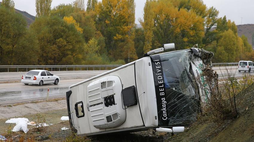 Belediyenin servis aracı kaza yaptı: 30 yaralı