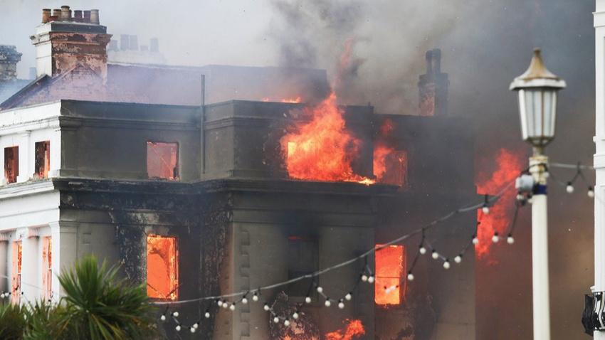İngiltere'de bir otelde çıkan yangın korkuttu