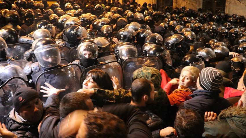 Gürcistan'da gergin gece: Parlamentoyu kuşattılar!