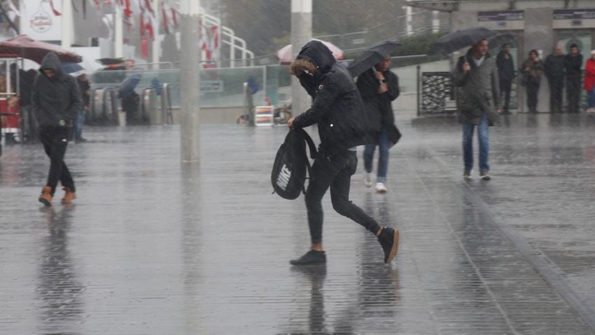 İstanbul şiddetli yağış ve fırtınaya teslim!