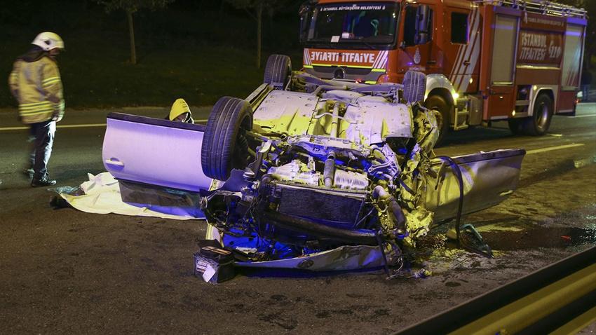 İstanbul'da korkunç kaza!.. 2 ölü, 1 yaralı!.. Kamyona arkadan çarpıp takla attı!