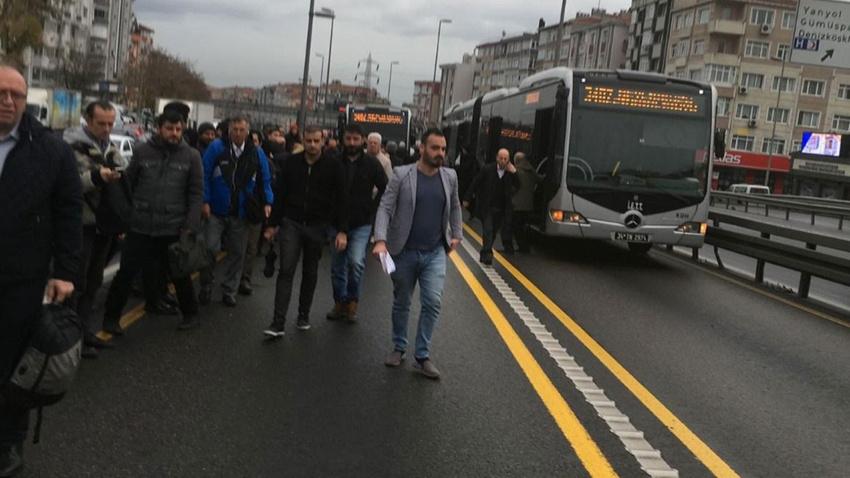 Metrobüs arızalandı, vatandaşlar yürümek zorunda kaldı