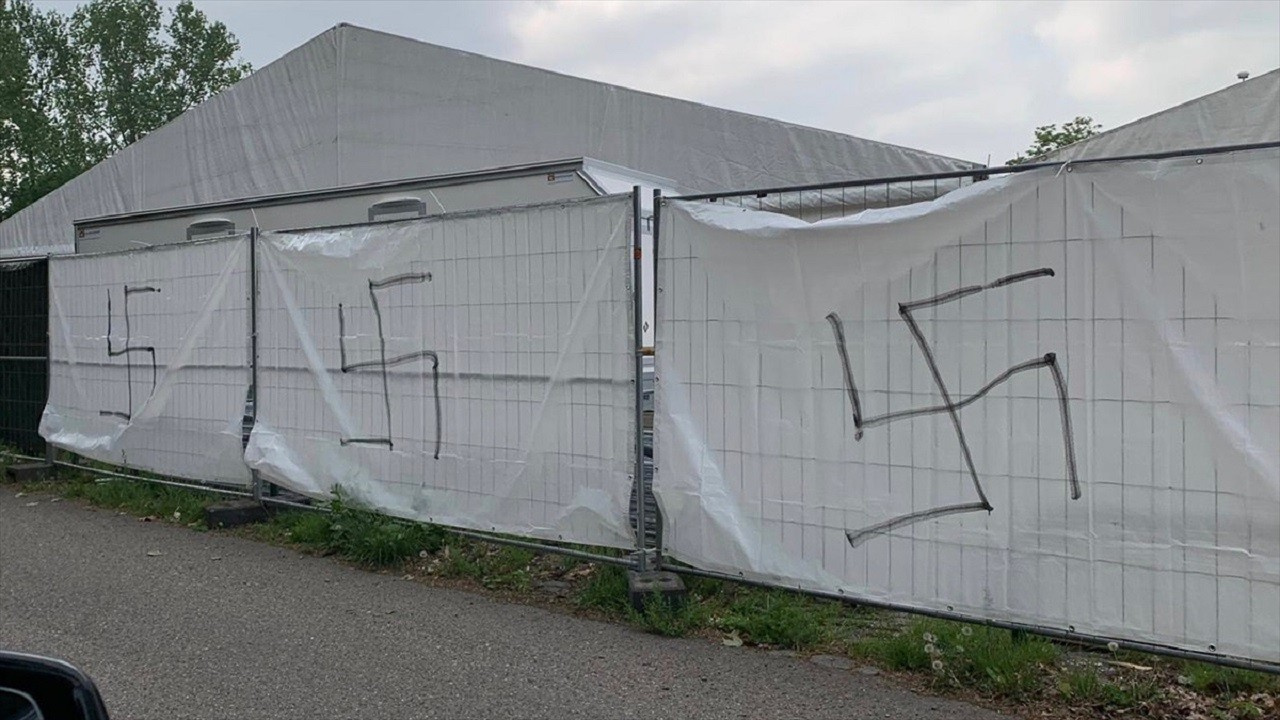 Ramazan çadırlarına Nazi sembolü çizdiler